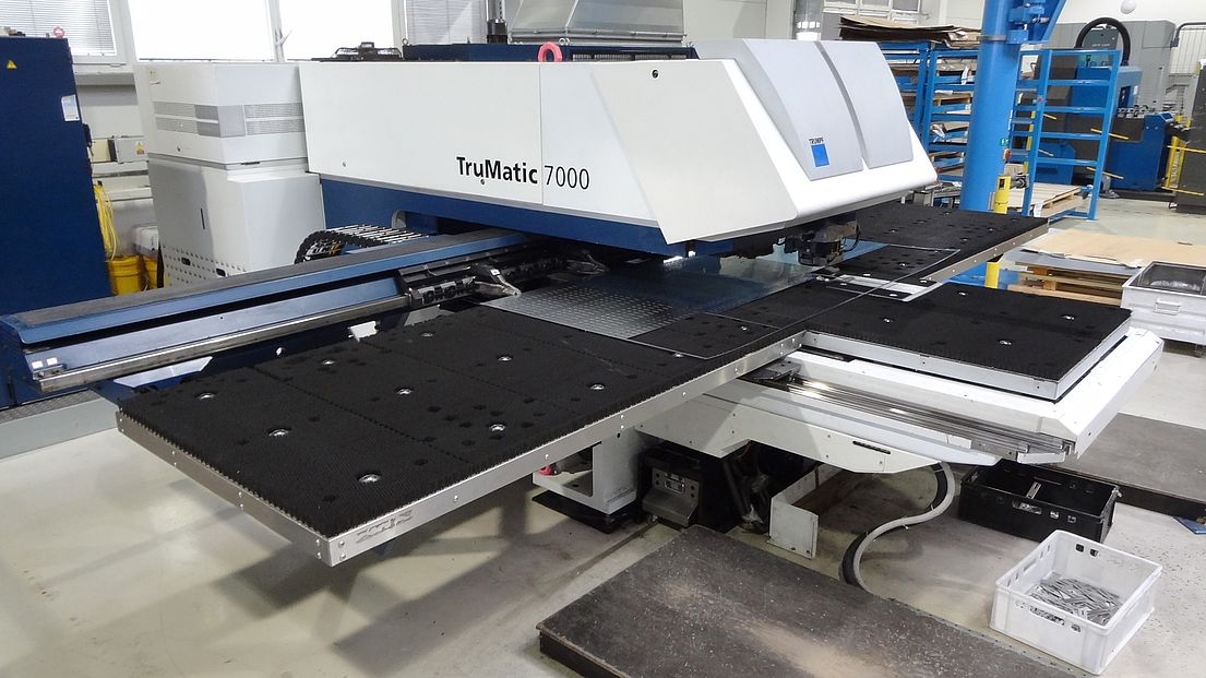 https://media.exapro.com/product/2018/01/P80118140/46abab66a87d111f8be03de745247554/trumpf-trumatic-7000-1300-combining-machine-laser-punch-p80118140_2.jpg