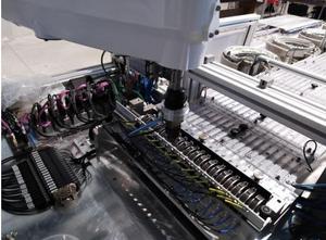 Automatische Montage von Federn und Lamellen in einen Schlosskäfig mit Schmierung für Autotürschlösser