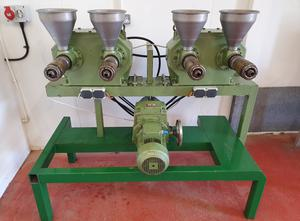 2 Expulsor de aceite vegetal de doble tornillo KOMET DD 85 G montado en una rejilla de acero, con engranaje recto de una pieza y convertidor de frecuencia integrado